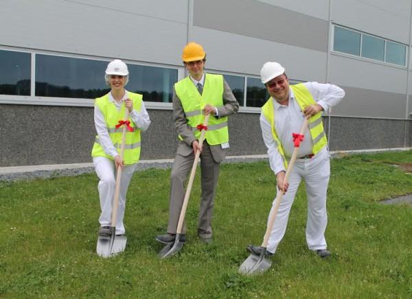 Oficiálního zahájení výstavby se 24. května zúčastnili také starosta Poříčí nad Sázavou  Jan Kratzer (uprostřed) spolu s ředitelkou továrny Suzanne Lake (vlevo)