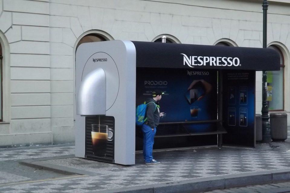 Nespresso má svůj 'smart' kávovar a originální zastávku