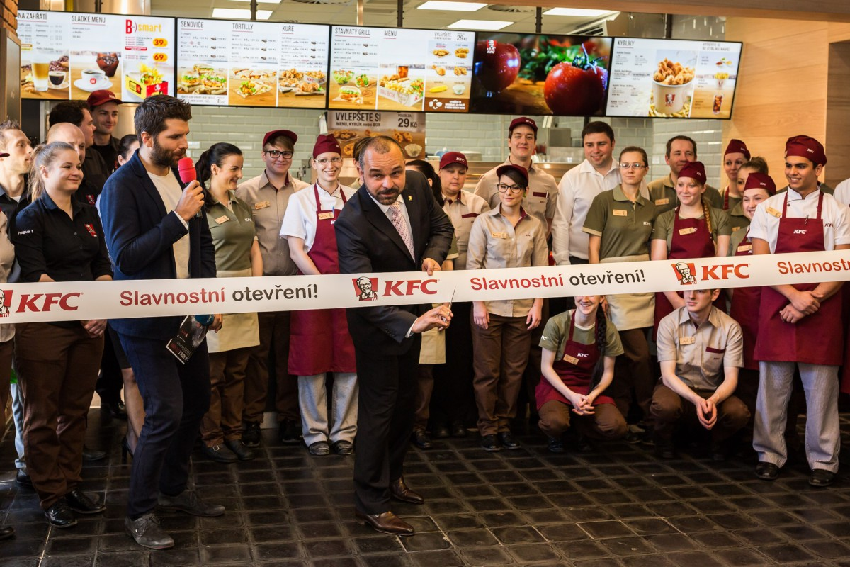 Restauraci slavnostně otevřel Libor Hubík, market director KFC