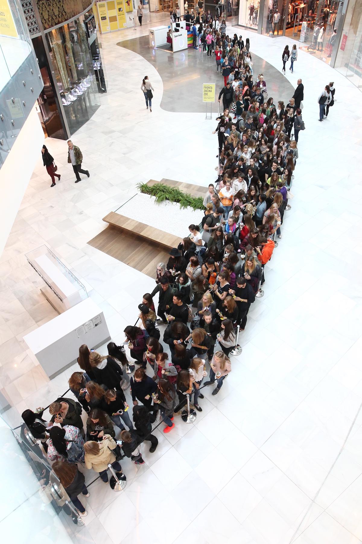 Na dvanáct tisíc lidí se přišlo podívat na otevření obchodu v sobotu 24. září. Foto: Forever 21