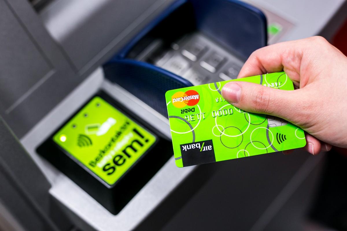 Air bank zahajuje bezkontaktní výběr na dvou prvních bankomatech v Čechách