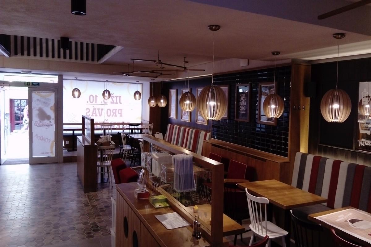 Interiér nové kavárny CrossCafe v Liberci
