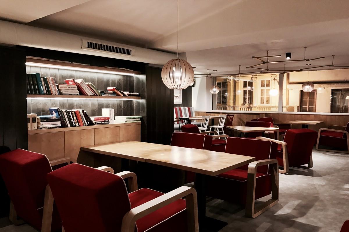Interiér kavárny CrossCafe v Liberci