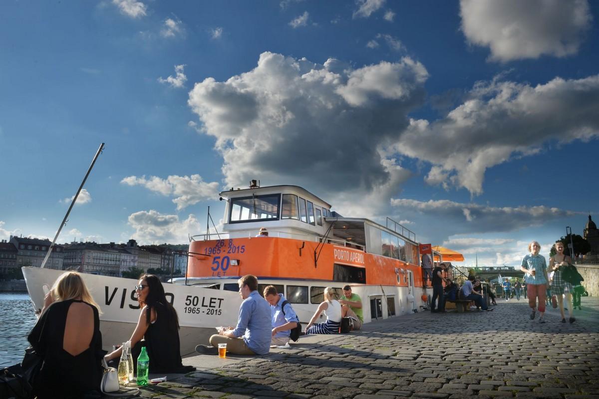 Značka Aperol se přes léto prezentovala na lodi na pražské Náplavce