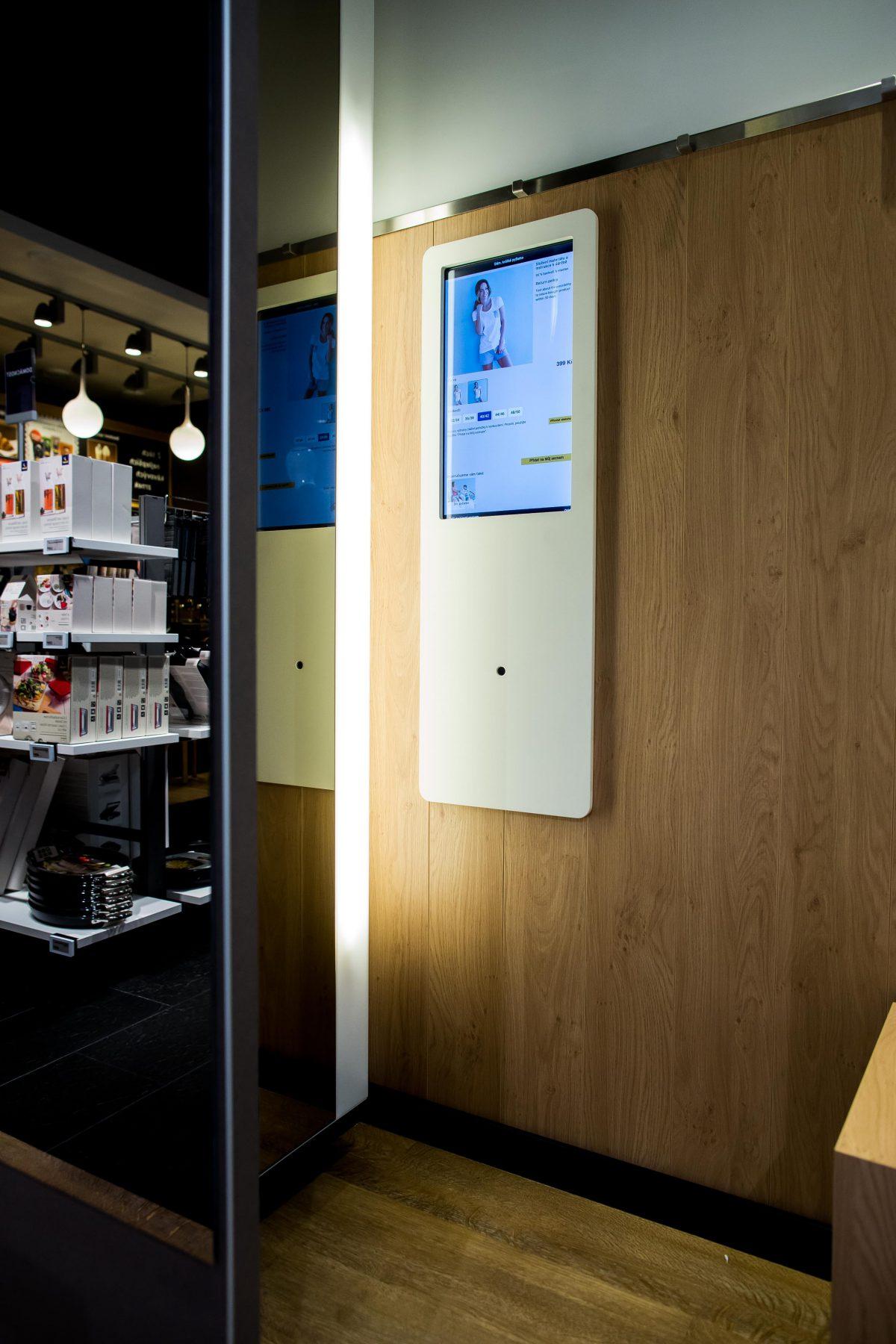 Inteligentní kabinka v novém obchodu Tchiba