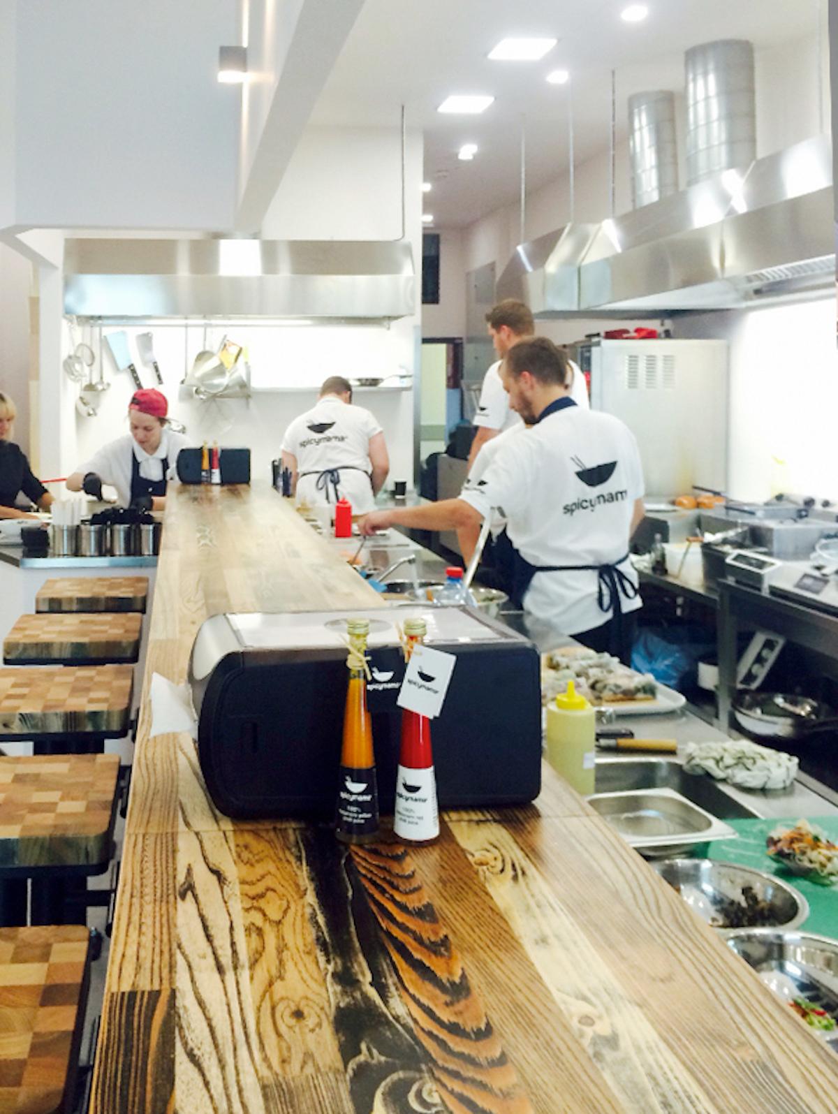 Interiér bistra Spicymama s konceptem otevřené kuchyně