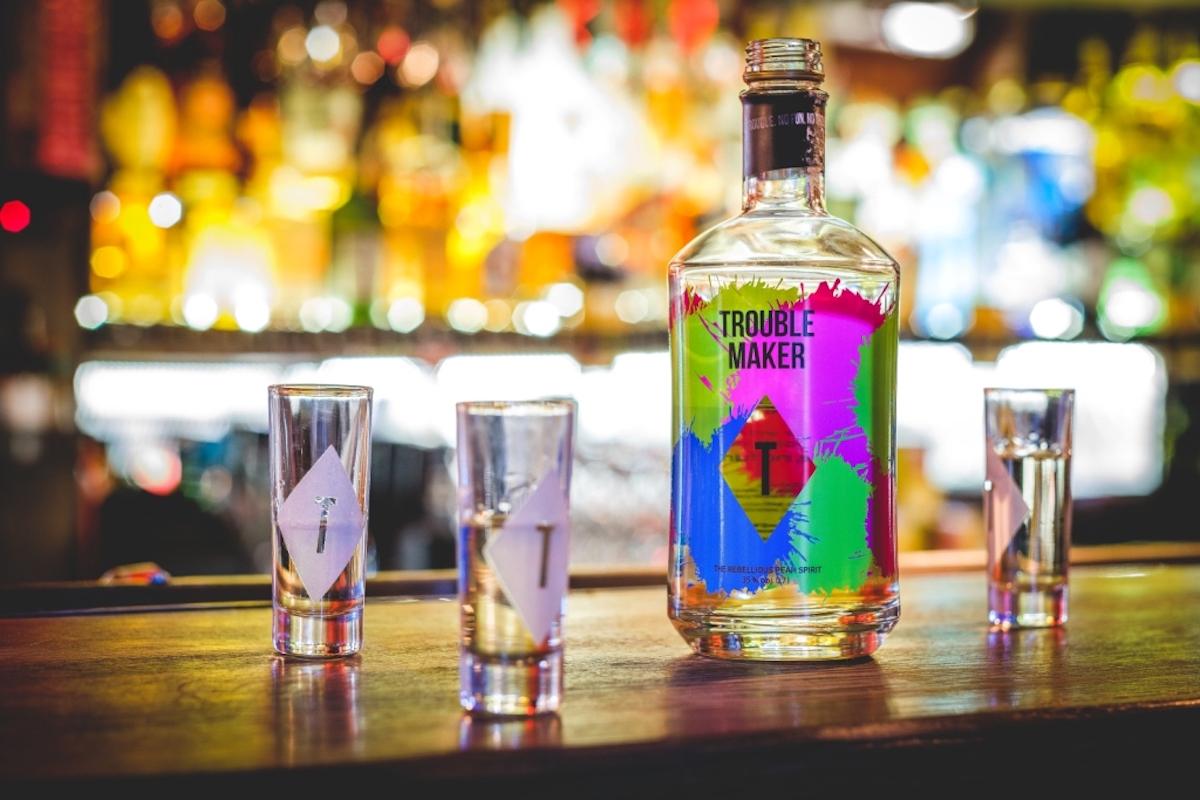 Hruškový destilát Troublemaker se prodává v pestré lahvi 0,7 litru