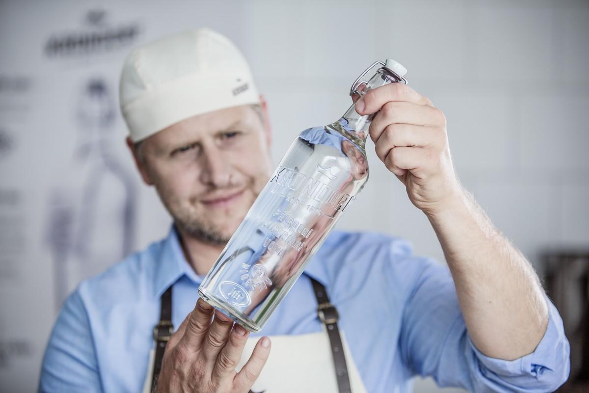 Krondorf stáčí ve Stráži nad Ohří ručně do skleněných lahví