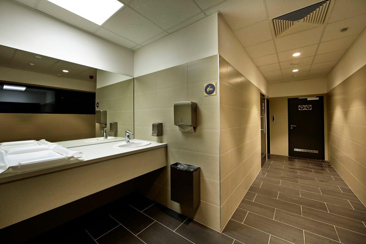 Přebalovací pult a toalety v novém Lidlu