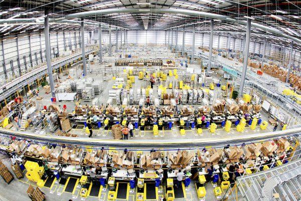 Amazon posiluje na Středním východě. Tesco mění mezinárodní vedení