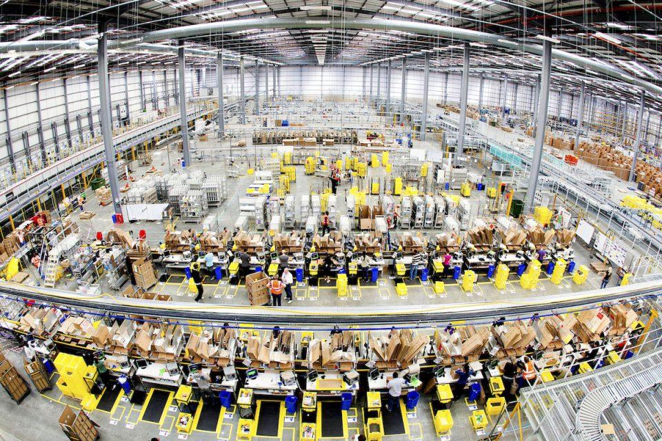 Americký gigant Amazon v Česku končí s provozem reklamačního centra