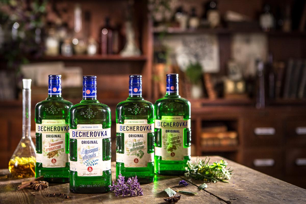 Čtyři lahve a etitety Becherovky ze speciální edice