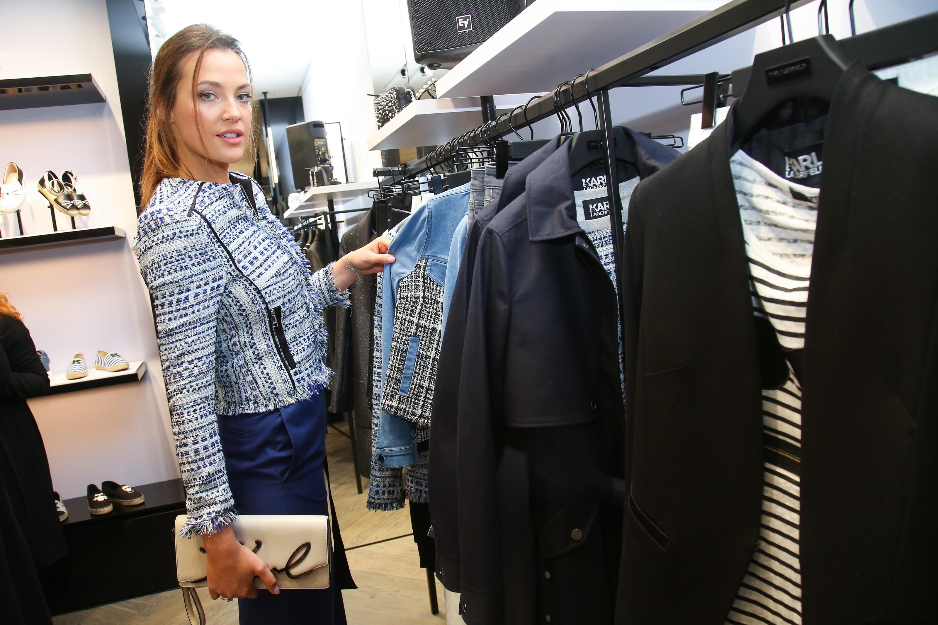 Butik prodává kromě doplňků i oděvy. Na snímku modelka Kateřina Sokolová