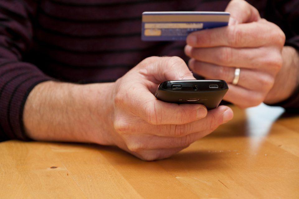 Jak se platí v e-shopech: online platby rostou, dobírka dál klesá