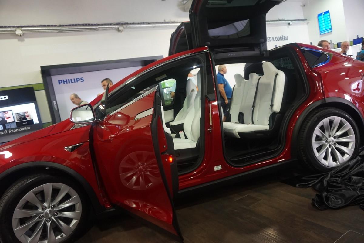 Model Tesla S75D v showroomu Alzy v Holešovicích