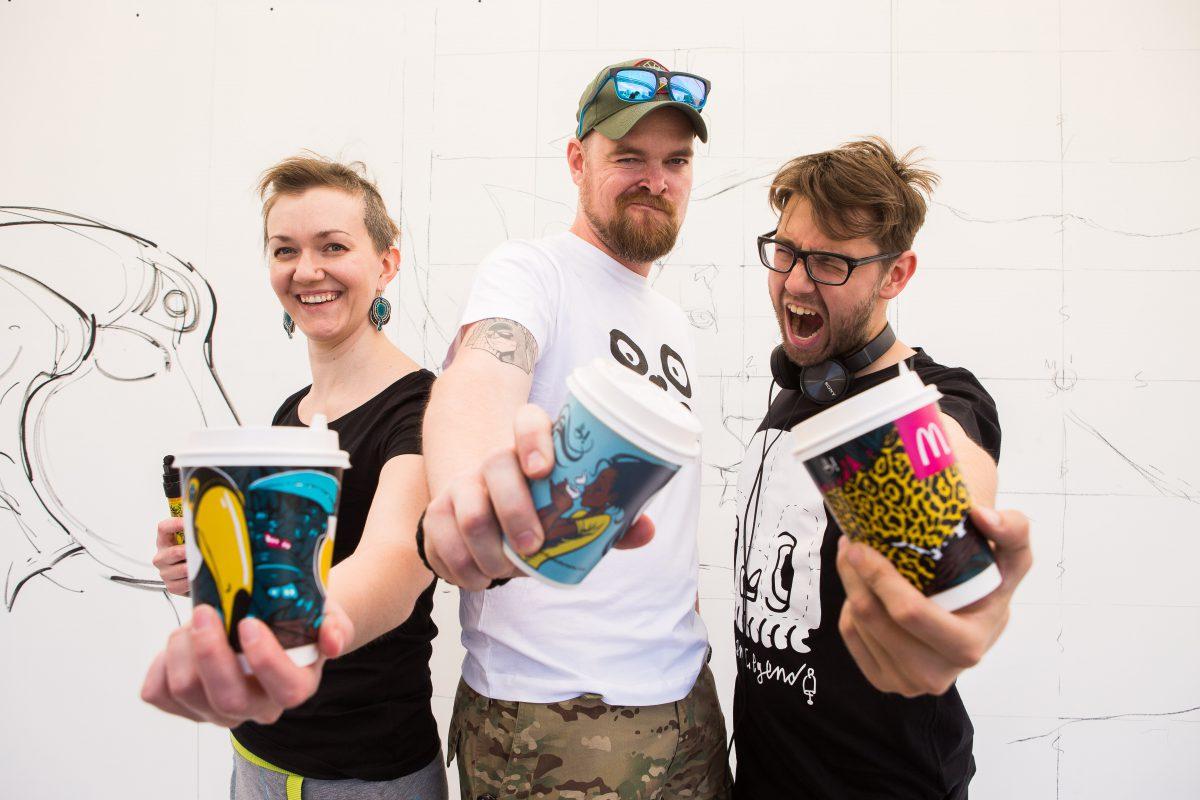 Mladí umělci navrhli kolekci hrnků pro McDonald's. Zleva: Yeve Drovosseková, Dalibor Krch, Karel Cettl