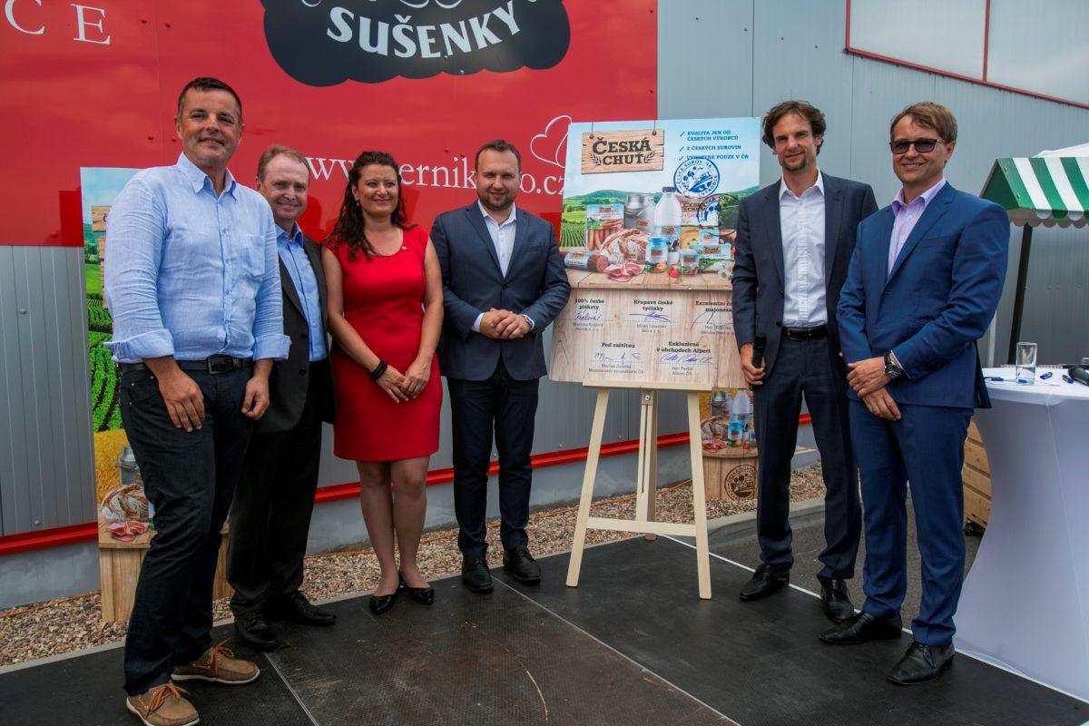 Zleva: Výrobci Petr Hrdlička (Záruba Food), Milan Lipavský (Seli), Martina Králová (Perník), ministr Marian Jurečka, Jiří Mareček a Petr Pavlík (Albert)