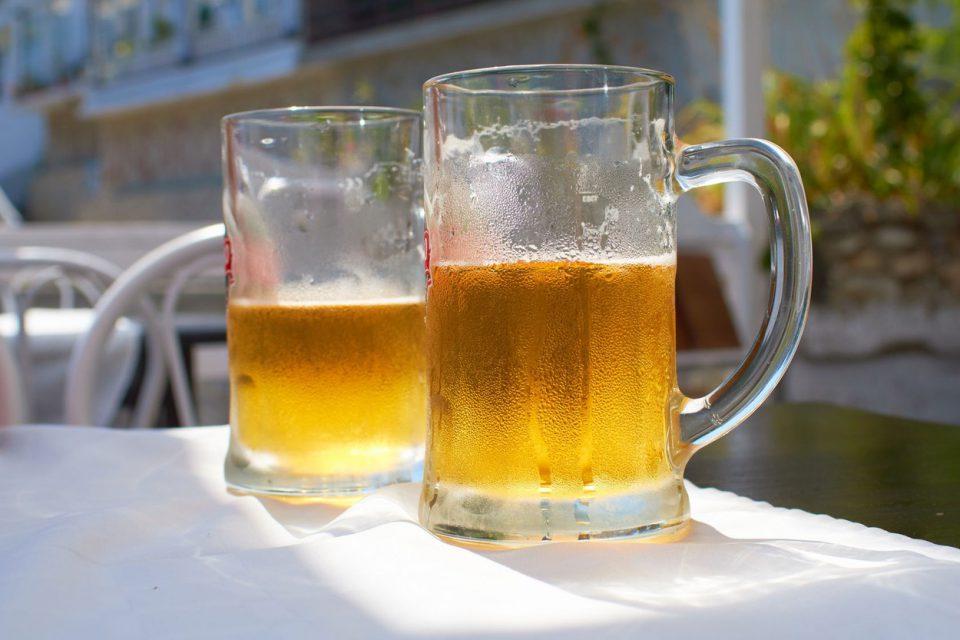 Spotřeba piva v Česku meziročně klesla, pivovary z toho viní zákaz kouření