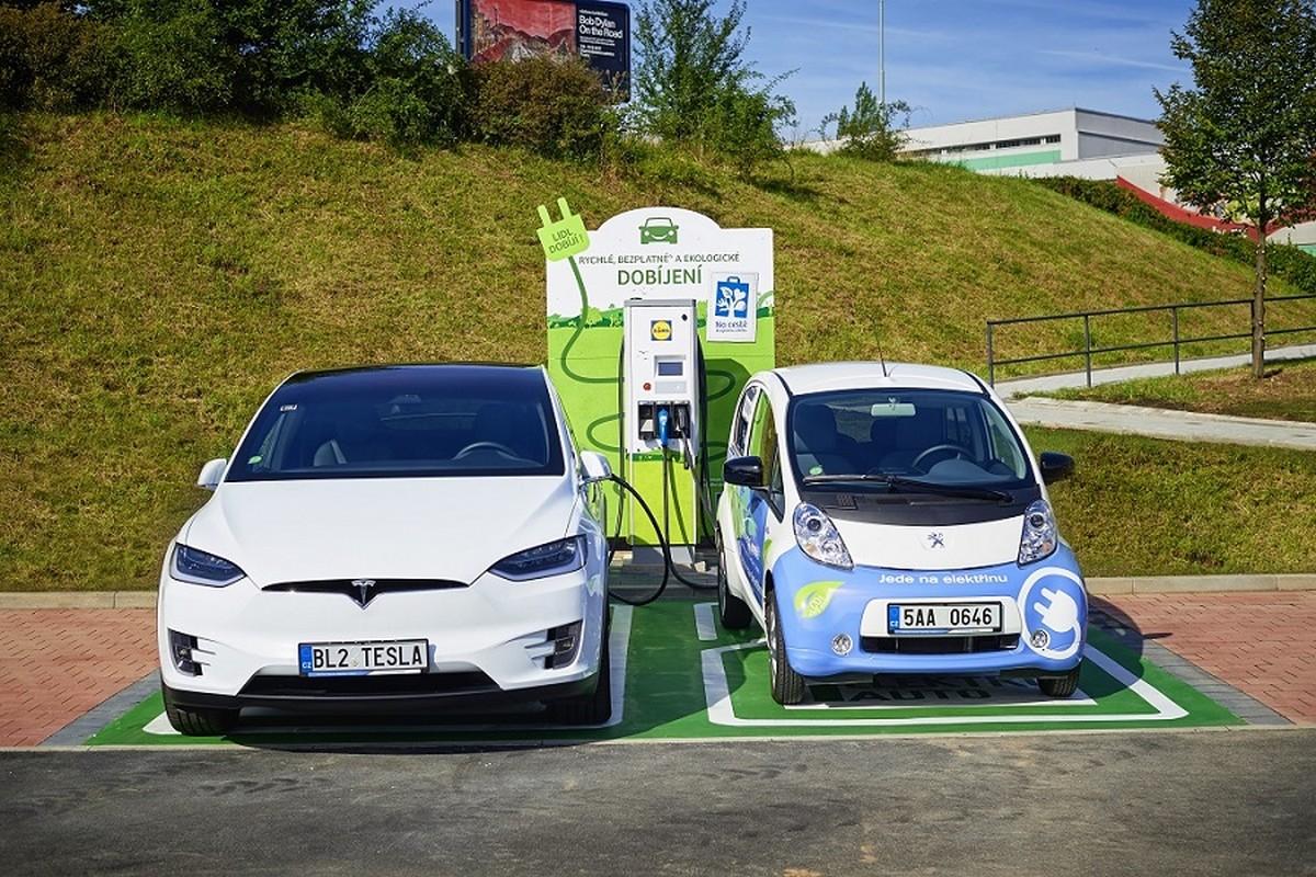Dobíjecí stanice u Lidlu mohou naráz dobíjet dva elektromobily