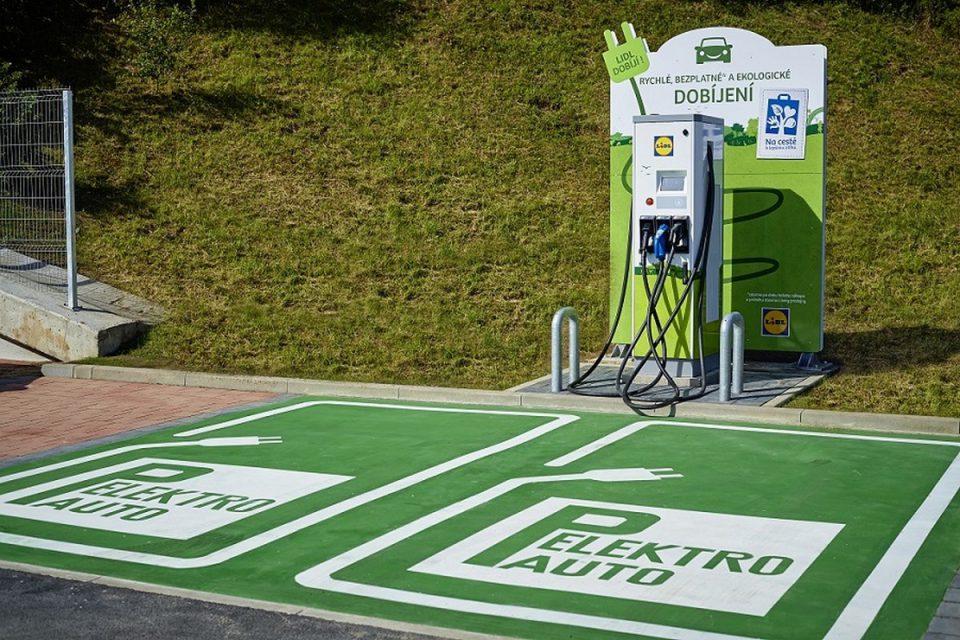 Po konci igelitek elektromobily: Lidl instaluje u prodejen rychlonabíjecí stanice