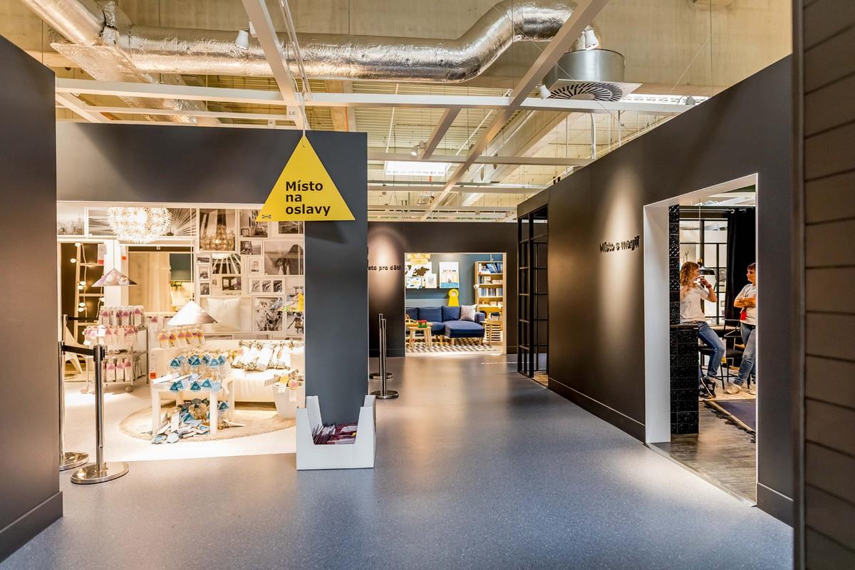 Nové, čtyřstěnové pojetí pokojů v obchodním domě Ikea. Prostor mezi pokoji má být maximálně neutrální