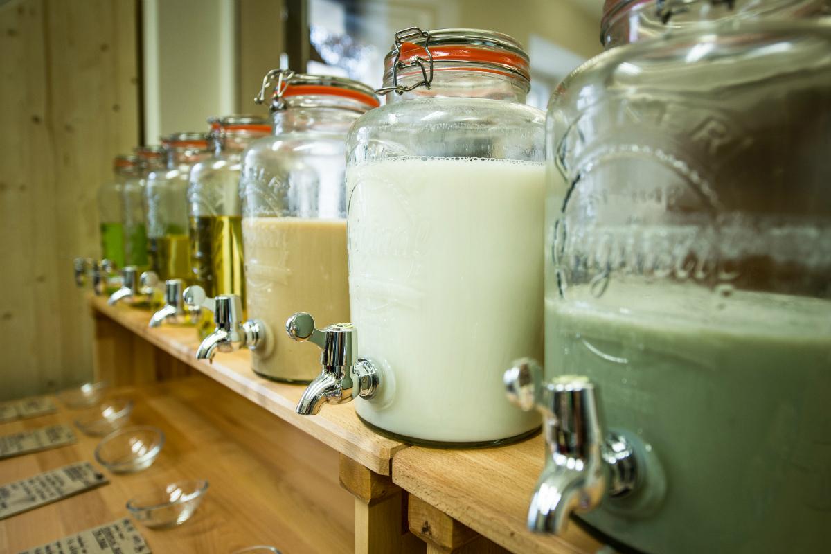 V novém obchodě je možné koupit rovněž stáčenou drogerii, prací prášky, saponáty na nádobí a další