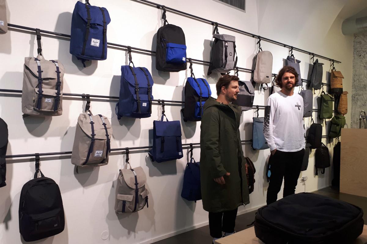 Zakladatelé a majitelé Freshlabels v nově redesignované prodejně, zleva: Jan Bouška a Jakub Veselský