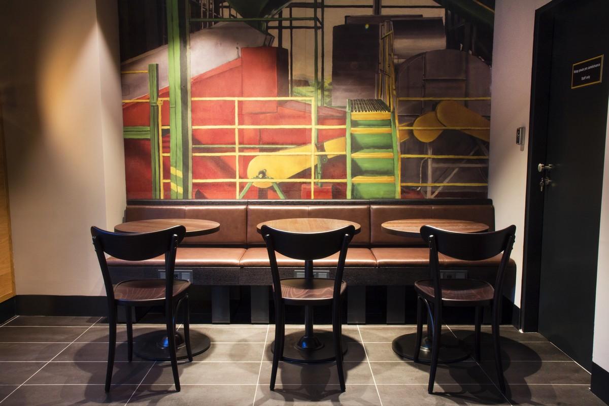Interiér pobočky Starbucks v Rezidenci Waltrovka