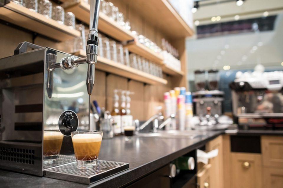 Tchibo na Chodově dává kávu z pípy, Nespresso tam má nový butik