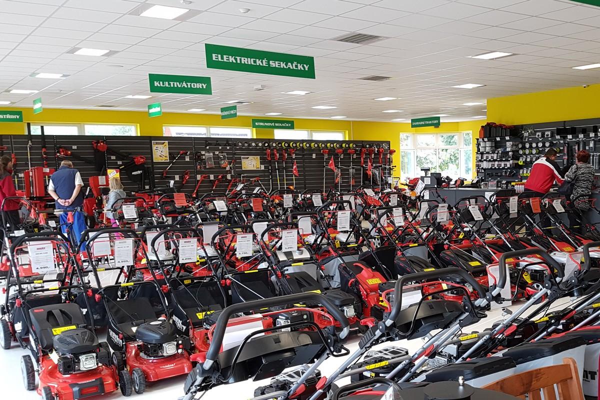 Interiér prodejny Hecht Motors v Roudnici nad Labem. Do stejně podoby budou laděny i nové prodejny