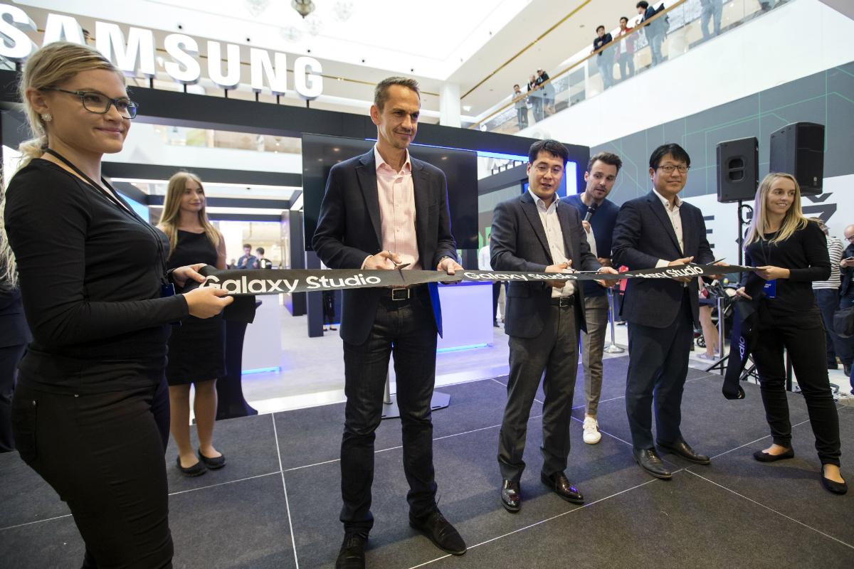 Zleva: zástupci Samsung Electronics Česko a Slovensko: Roman Šebek, ředitel divize mobilních telefonů, Seung Joo Shin, prezident, Seung-Jin Kang, Business Manager divize mobilních telefonů