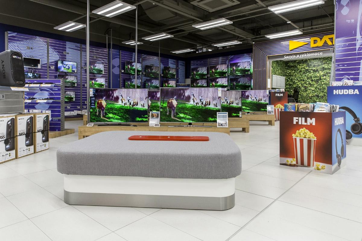 V prodejně Datartu v Olomouckém City najdou zákazníci čalouněnou lavici s USB porty pro dobíjení elektroniky