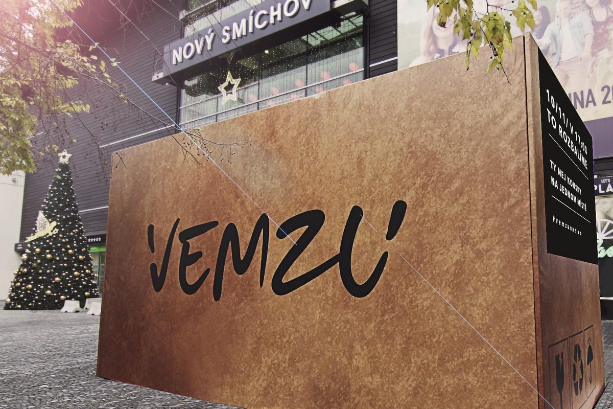 Imitace krabice Vemzu před obchodním centrem Nový Smíchov