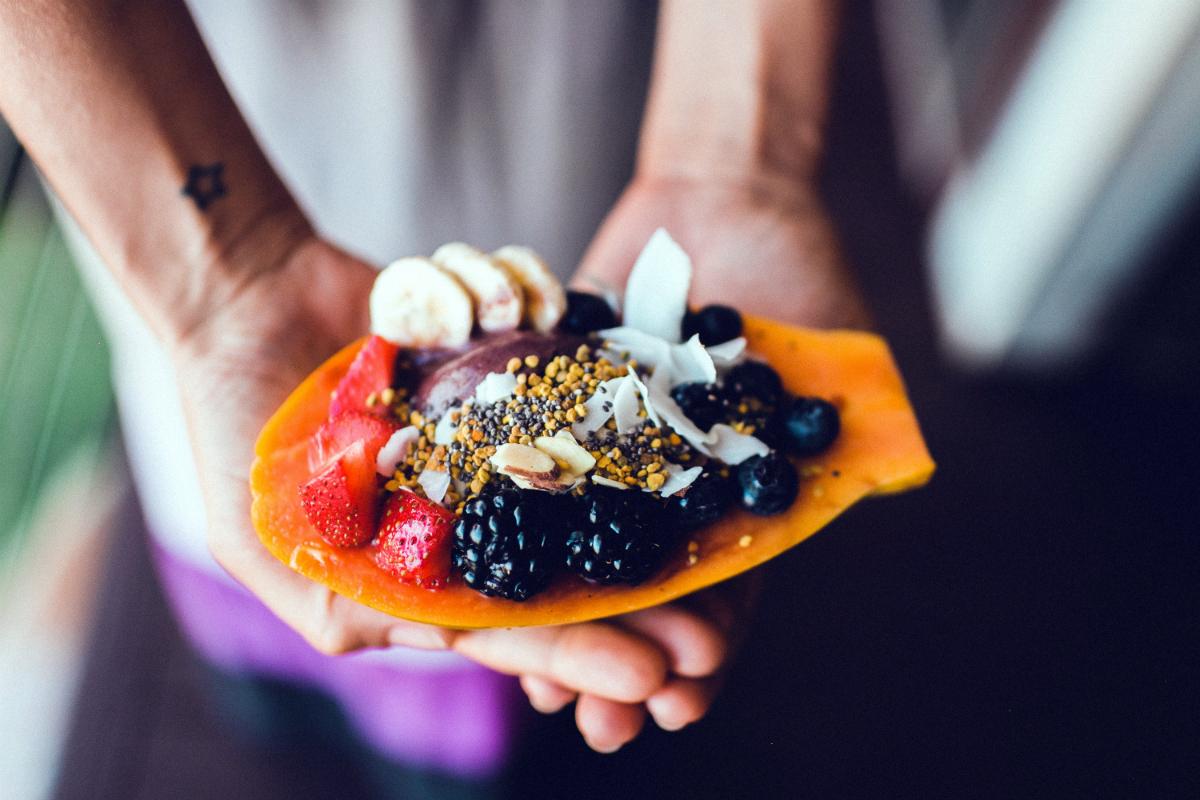 Papaya je populární mezi tzv. foodies a fitness influencery, často z ní vytváří ovocné misky - papaya bowls