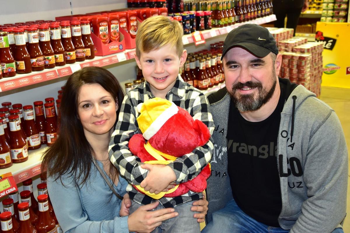 Jakub Hájek (uprostřed) s rodiči, který se stal tváří nové etikety