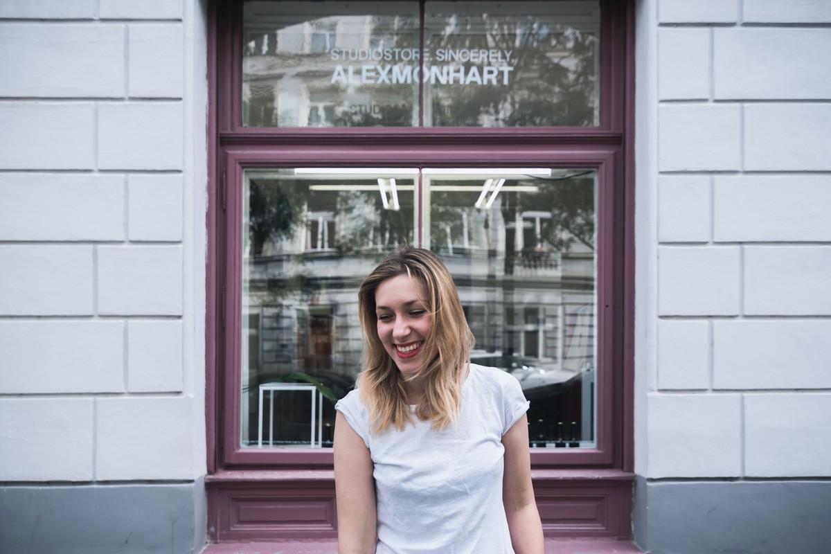 Návrhářka Alexandra Monhart před svým butikem na adrese Jana Zajíce 24