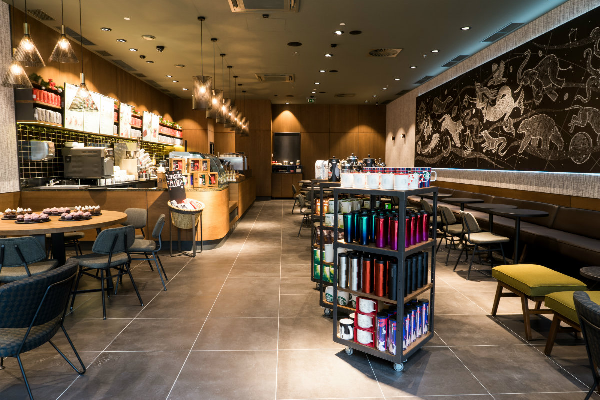 Interiér kavárny Starbucks ve Freeport Fashion Outlet