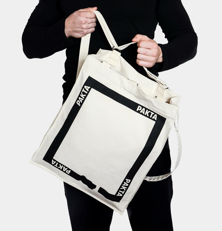Z tašky přes rameno je možné přepnutím popruhů udělat batoh