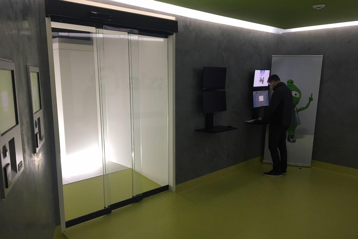 V prostoru prodejny jsou i dva počítače, kde fungují video-operátoři