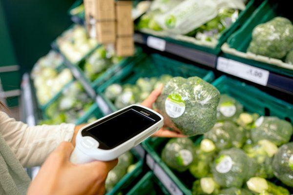 Tesco ve větším zavádí samoobslužný systém Scan & Shop