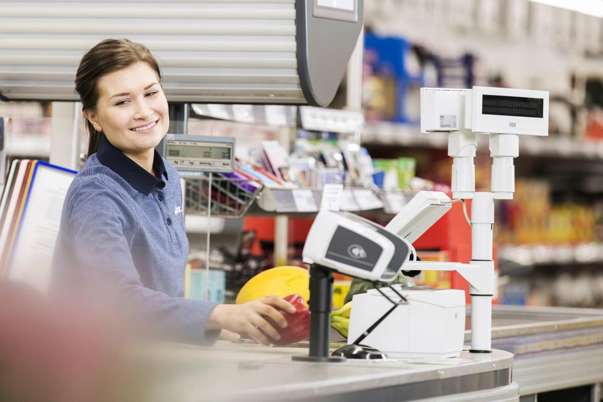 Pokladní v Lidlu si nově při plném úvazku vydělá 28.000 Kč