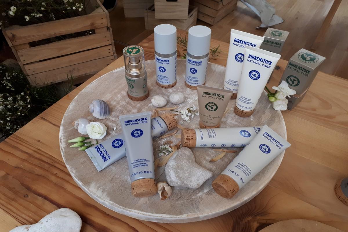 Modré a bílé tuby z první produktové linie Natural Comfort. Foto: Lucie Svatošová