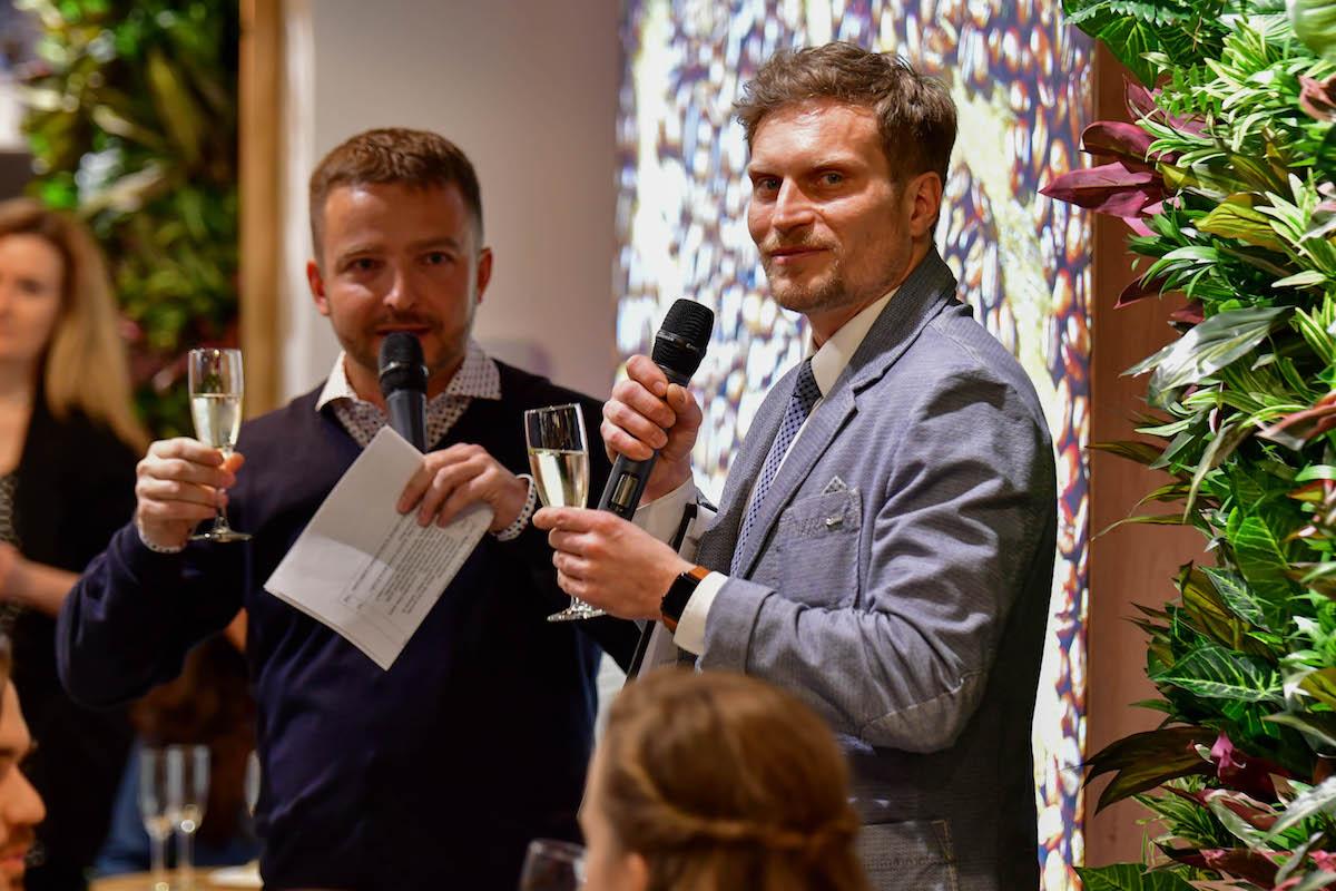 Přípitek Milana Futery, manažera expanze, s moderátorem Tomášem Zástěrou