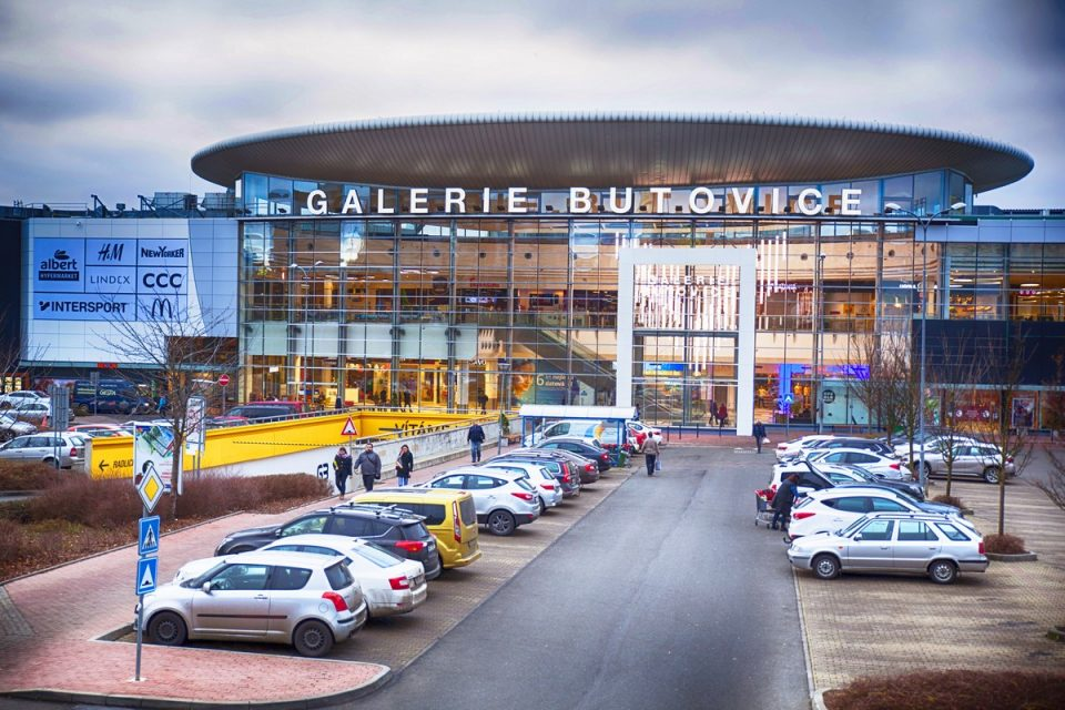 Galerie Butovice po rekonstrukci: foodcourt o půlku větší, přibyla třípodlažní Kika