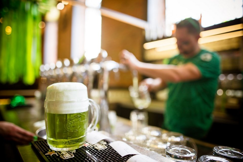 Pivovary před Velikonocemi chystají speciály, včetně zeleného piva