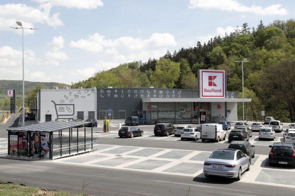 Kaufland má novou prodejnu v Kuřimi, přidal rychlodobíjecí stanici