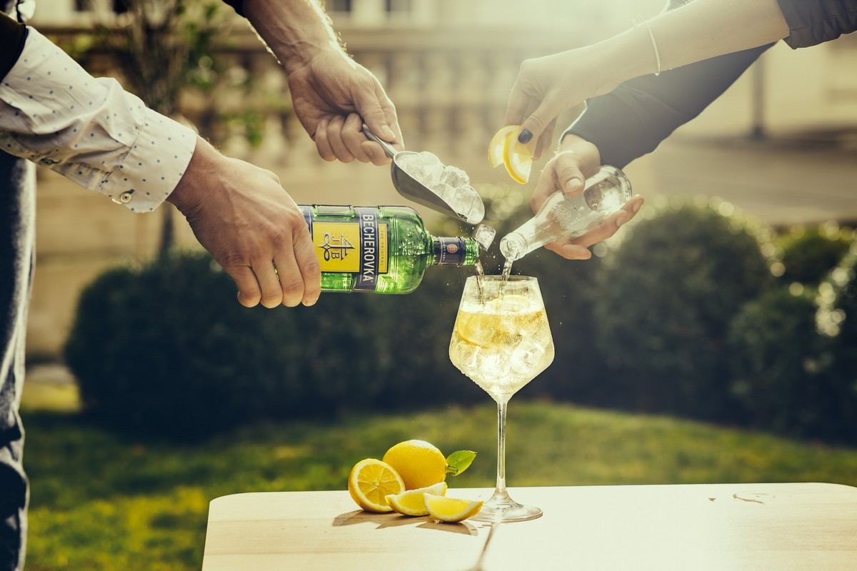 Mladší spotřebitele mají oslovit i drinky, ve kterých se dá Becherovka kombinovat s jinými nápoji