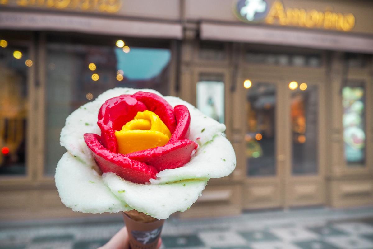 Vlajkový produkt Amorina, růže ze zmrzliny ozdobená makronkou