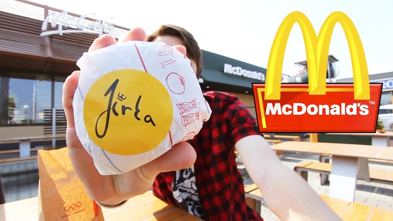 Burger Jirky Krále se prodával označený samolepkou s jeho podpisem