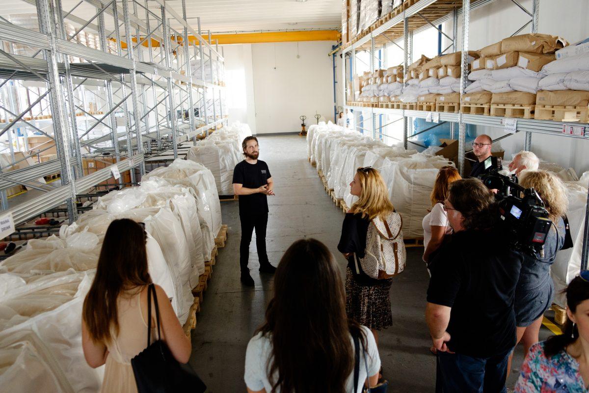 Ve výrobě firmy Heaven Labs v Uhříněvsi. Mana se v pytlích dováží na balící linku do Německa